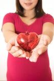 Η γυναίκα παρουσιάζει χέρια καρδιών που απομονώνονται Στοκ φωτογραφία με δικαίωμα ελεύθερης χρήσης