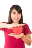 Η γυναίκα παρουσιάζει χέρια καρδιών που απομονώνονται Στοκ Εικόνα