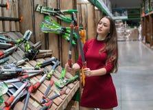 Η γυναίκα πελατών αγοράζει τα εργαλεία συντήρησης κήπων Στοκ φωτογραφίες με δικαίωμα ελεύθερης χρήσης