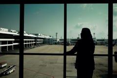 Η γυναίκα περιμένει την πτήση στον αερολιμένα Στοκ εικόνες με δικαίωμα ελεύθερης χρήσης