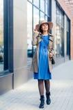 Η γυναίκα περπατά γύρω από την πόλη στοκ εικόνες