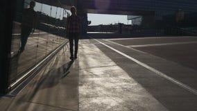 Η γυναίκα περπατά κοντά στο στο κέντρο της πόλης εμπορικό κέντρο απόθεμα βίντεο