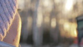 Η γυναίκα περπατά στα ξύλα Ο ταξιδιώτης φωτογραφίζεται στο τηλέφωνο στο δασικό κορίτσι selfie και επικοινωνεί με φιλμ μικρού μήκους