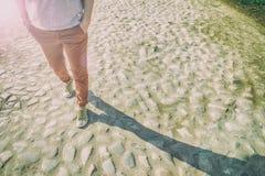 Η γυναίκα περπατά την άνοιξη την ηλιόλουστη ημέρα στον παλαιό δρόμο πετρών Στοκ φωτογραφία με δικαίωμα ελεύθερης χρήσης