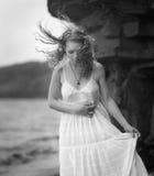Η γυναίκα πηγαίνει κατά μήκος της ακτής στοκ φωτογραφία με δικαίωμα ελεύθερης χρήσης