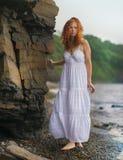 Η γυναίκα πηγαίνει κατά μήκος της ακτής στοκ εικόνα με δικαίωμα ελεύθερης χρήσης