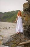 Η γυναίκα πηγαίνει κατά μήκος της ακτής στοκ εικόνα