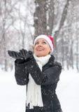 Η γυναίκα πιάνει snowflakes χεριών για τα Χριστούγεννα Στοκ εικόνα με δικαίωμα ελεύθερης χρήσης