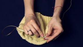 Η γυναίκα πλέκει με τις βελόνες απόθεμα βίντεο