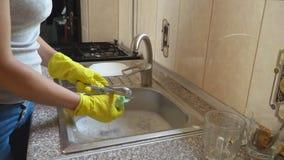 Η γυναίκα πλένει τα πιάτα φιλμ μικρού μήκους