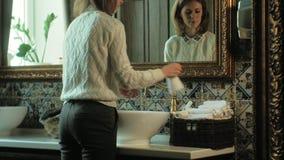 Η γυναίκα πλένει τα χέρια της και τα ξεραίνει, έννοια της καθαρότητας απόθεμα βίντεο