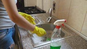 Η γυναίκα πλένει το νεροχύτη φιλμ μικρού μήκους