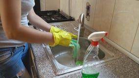Η γυναίκα πλένει το νεροχύτη απόθεμα βίντεο