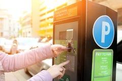 Η γυναίκα πληρώνει το χώρο στάθμευσής του χρησιμοποιώντας την πιστωτική κάρτα στο χώρο στάθμευσης πληρώνει το τερματικό σταθμών στοκ φωτογραφία με δικαίωμα ελεύθερης χρήσης