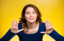 Η γυναίκα που αυξάνει τα χέρια λέει μέχρι όχι, δικαίωμα στάσεων εκεί Στοκ εικόνες με δικαίωμα ελεύθερης χρήσης
