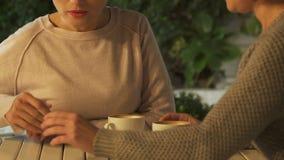 Η γυναίκα που αφαιρεί το χέρι και που αρνείται τη βοήθεια φίλων, φθόνος χαλά τη σχέση, κινηματογράφηση σε πρώτο πλάνο απόθεμα βίντεο
