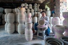 Η γυναίκα που διακοσμεί τα προϊόντα πορσελάνης στοκ φωτογραφίες
