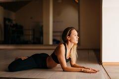 Η γυναίκα που κάνει να βρεθεί γιόγκας ή pilates άσκησης την πεταλούδα θέτει Στοκ εικόνα με δικαίωμα ελεύθερης χρήσης