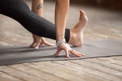 Η γυναίκα που κάνει την άσκηση διασπάσεων μισού, κλείνει επάνω Στοκ Φωτογραφία