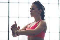 Η γυναίκα που κάνει τη γιόγκα θέτει το ανώτερο σώμα μόνο Στοκ εικόνα με δικαίωμα ελεύθερης χρήσης
