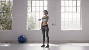 Η γυναίκα που κάνει το μέτωπο αλτήρων αυξάνει workout στο στούντιο ικανότητας απόθεμα βίντεο