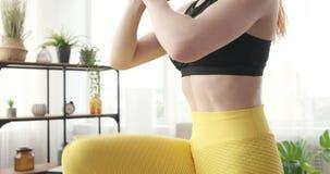 Η γυναίκα που κάνει lunges με το γόνατο αυξάνει την άσκηση στο σπίτι απόθεμα βίντεο