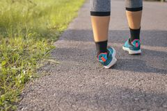 Η γυναίκα που πάσχει από τον αστράγαλο πόνου στον τραυματισμό ποδιών μετά από τρέχοντας αθλητικής άσκησης και workout Στοκ φωτογραφία με δικαίωμα ελεύθερης χρήσης