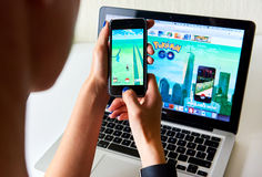 Η γυναίκα που παίζει ένα Pokemon πηγαίνει παιχνίδι Στοκ φωτογραφίες με δικαίωμα ελεύθερης χρήσης