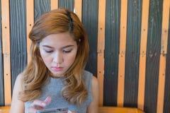 Η γυναίκα που παίζει το κινητό χέρι κάθεται Στοκ φωτογραφίες με δικαίωμα ελεύθερης χρήσης