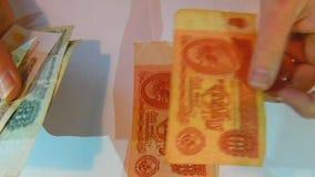Η γυναίκα που παρουσιάζει παλαιά σοβιετικά τραπεζογραμμάτια κοντά επάνω βλέπει απόθεμα βίντεο