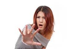 Η γυναίκα που παρουσιάζει στάση, απόρριμα, απορρίματα, απαγορεύει, αρνητικό σημάδι χεριών στοκ φωτογραφία με δικαίωμα ελεύθερης χρήσης