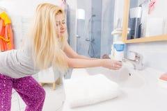Η γυναίκα που πλένει την παραδίδει το νεροχύτη Στοκ Φωτογραφία