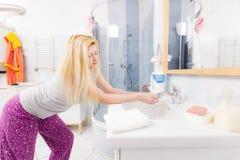 Η γυναίκα που πλένει την παραδίδει το νεροχύτη Στοκ Εικόνες