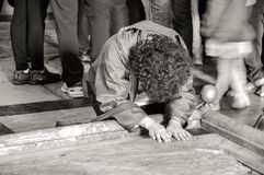 Η γυναίκα που προσεύχεται στο ναό Στοκ Εικόνες