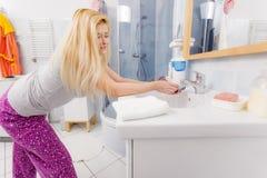 Η γυναίκα που πλένει την παραδίδει το νεροχύτη Στοκ φωτογραφίες με δικαίωμα ελεύθερης χρήσης
