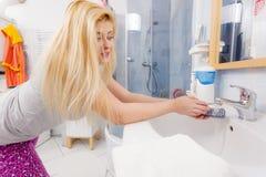 Η γυναίκα που πλένει την παραδίδει το νεροχύτη Στοκ Φωτογραφίες