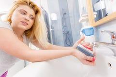 Η γυναίκα που πλένει την παραδίδει το νεροχύτη Στοκ φωτογραφία με δικαίωμα ελεύθερης χρήσης