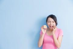 Η γυναίκα που τρώει το λεμόνι αισθάνεται ξινή Στοκ εικόνες με δικαίωμα ελεύθερης χρήσης