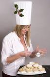 Η γυναίκα που φορά την τήξη καπέλων Santa κομματιάζει τις πίτες Στοκ εικόνα με δικαίωμα ελεύθερης χρήσης