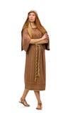 Η γυναίκα που φορά το μεσαιωνικό αραβικό ιματισμό στο λευκό Στοκ Εικόνα