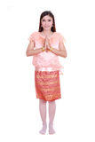 Η γυναίκα που φορά το χαρακτηριστικό ταϊλανδικό φόρεμα υποβάλλει τα σέβη που απομονώνονται στο άσπρο β Στοκ Εικόνα