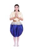 Η γυναίκα που φορά το χαρακτηριστικό ταϊλανδικό φόρεμα υποβάλλει τα σέβη που απομονώνονται στο άσπρο β Στοκ Εικόνες