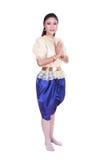 Η γυναίκα που φορά το χαρακτηριστικό ταϊλανδικό φόρεμα υποβάλλει τα σέβη που απομονώνονται στο άσπρο β Στοκ φωτογραφία με δικαίωμα ελεύθερης χρήσης