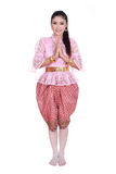 Η γυναίκα που φορά το χαρακτηριστικό ταϊλανδικό φόρεμα υποβάλλει τα σέβη που απομονώνονται στο άσπρο β Στοκ Φωτογραφίες