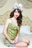 Η γυναίκα που φορά το floral στεφάνι είχε στοκ εικόνες με δικαίωμα ελεύθερης χρήσης