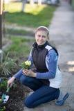 Η γυναίκα που φυτεύει το viola λουλουδιών στο α στοκ εικόνα με δικαίωμα ελεύθερης χρήσης