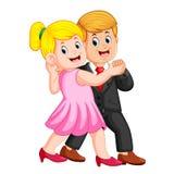 Η γυναίκα που χρησιμοποιούν το ρόδινο φόρεμα και ο άνδρας που χρησιμοποιούν το παλτό που χορεύει από κοινού απεικόνιση αποθεμάτων