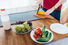 Η γυναίκα προετοιμάζει τα τρόφιμα, τέμνον καλαμπόκι Λαχανικά Μαγειρεύοντας σαλάτα στοκ φωτογραφία