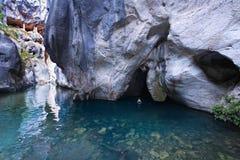 Η γυναίκα προκύπτει από τη σπηλιά νερού στοκ φωτογραφίες