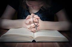Η γυναίκα προσεύχεται για τη συγχώρεση Συγκρατημένη επίδραση φωτογραφιών στοκ εικόνες με δικαίωμα ελεύθερης χρήσης